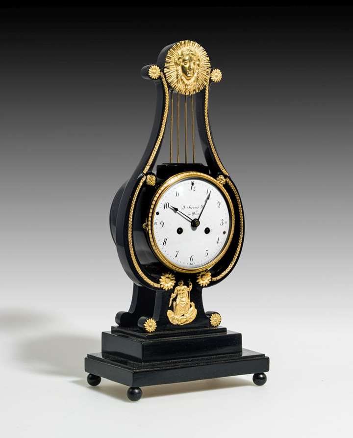 SMALL MANTEL CLOCK IN THE FORM OF A LYRE PENDUE
