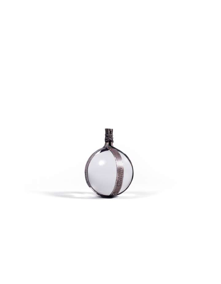 Spherical pendant with a silver crimp made of rings, forming a buckle of the top