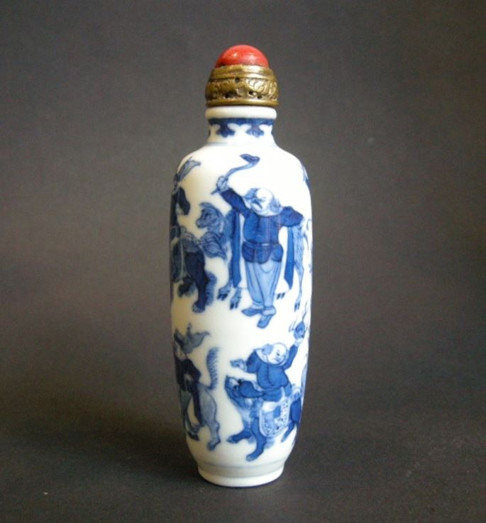 Nice porcelain snuff bottle blue and white with celebrated scene of the eight barbars with the tributes for the emperor | MasterArt