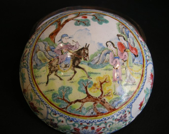 """Enamelled box """"canton"""" decorated with figures and horse 