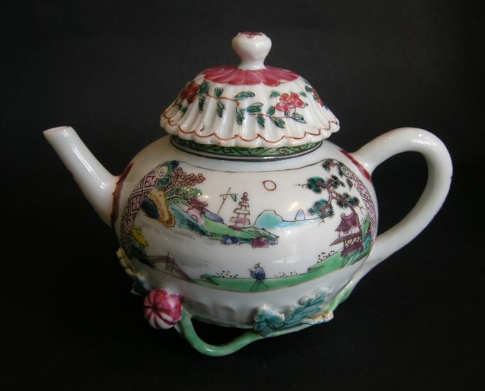 """Porcelain """"famille rose"""" teapot decorated with landscapes - Yongzheng period 