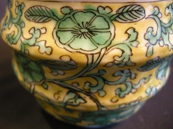 Rare small porcelain pot and cover decorated in green enamel on yellow ground. Kangxi period | MasterArt
