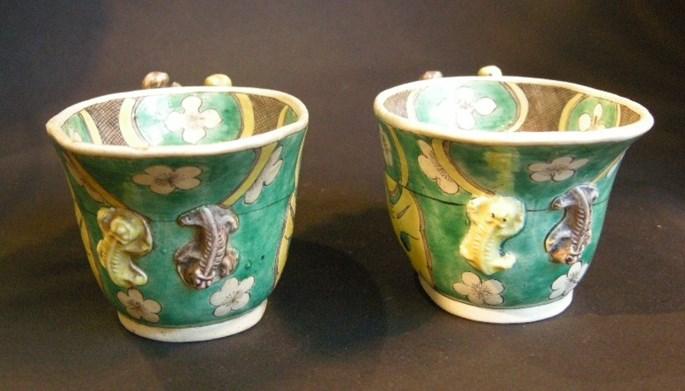 "Pair of libation cup in biscuit ""Famille verte"" - Kangxi period | MasterArt"