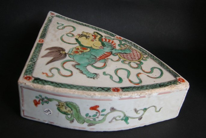 """Rare plaque for mobilar in """"famille verte"""" porcelain - with a FO DOG -Kangxi period 
