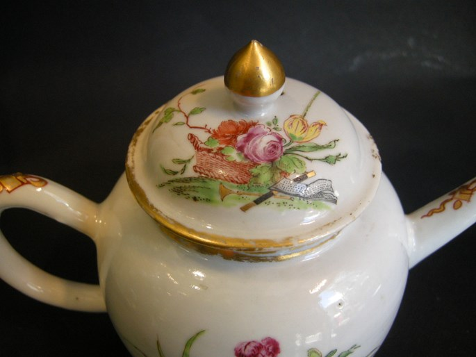 Armorial teapot Chinese Export | MasterArt