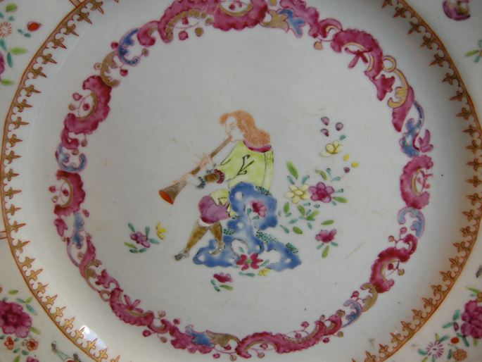 Chinese export dish with a Flutist and six figures european on the rim   MasterArt