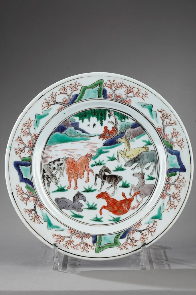 Plate decorated with eight horses of Mu Wang Emperor - Kangxi period | MasterArt