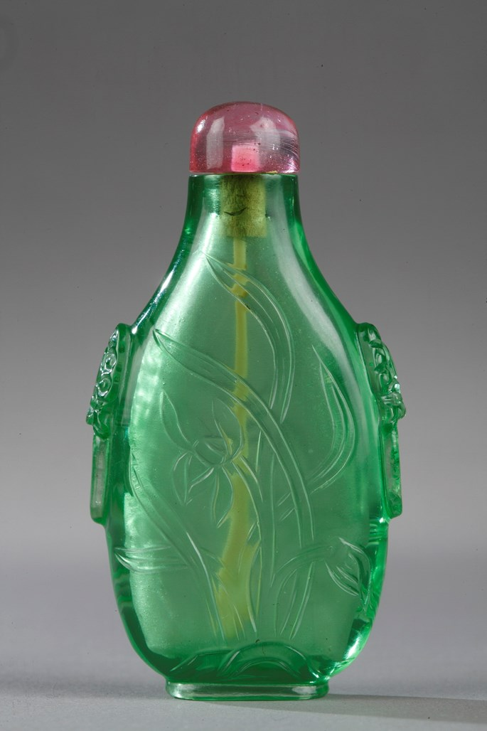 Snuff bottle glass green sculpted with orchidée on each side. Masks in the shoulders | MasterArt