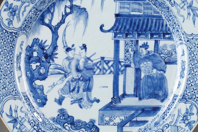 "Pair of large dish  porcelain blue and white decorated with scene of ""west roman"" and precious objects 