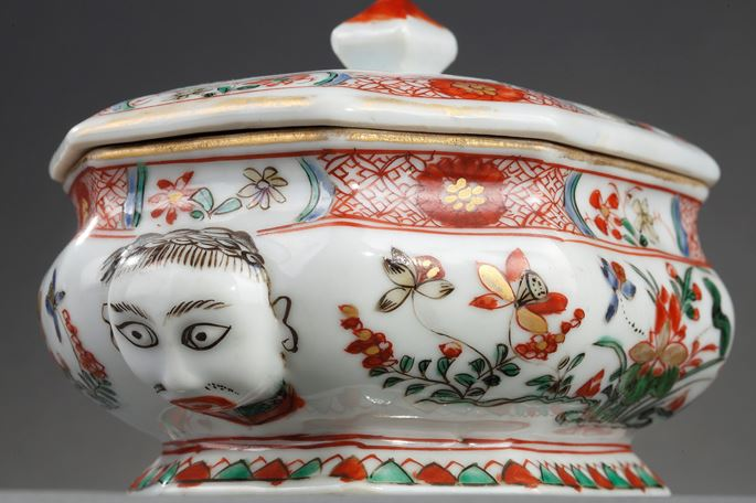 """Spice box """"Famille verte porcelain"""" decorated with flowers and molded two European heads 