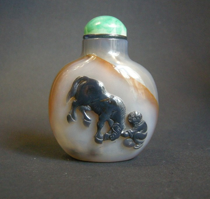 "Agate snuff bottle ""Cameo style"" sculpted in the Brown with horse and figure"