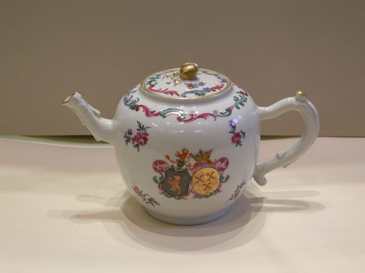 "Armorial Teapot "" Famille rose"""