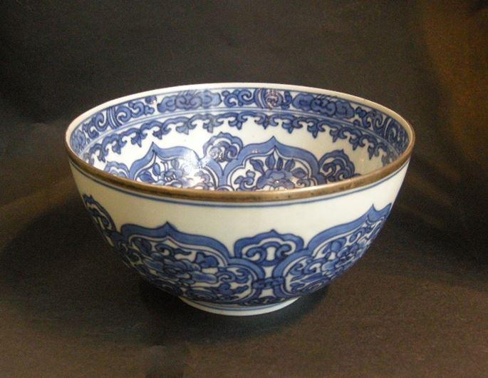 Bowl  porcelain blue white decorated with stylised flowers and Ruyi heads | MasterArt