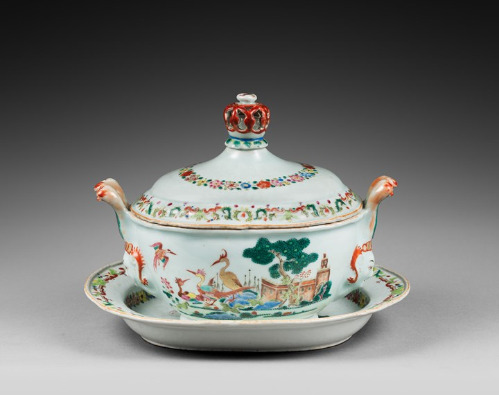 "Chinese porcelain ""Famille rose"" Tureen and stand with handles Indian head shape - Qianlong period"