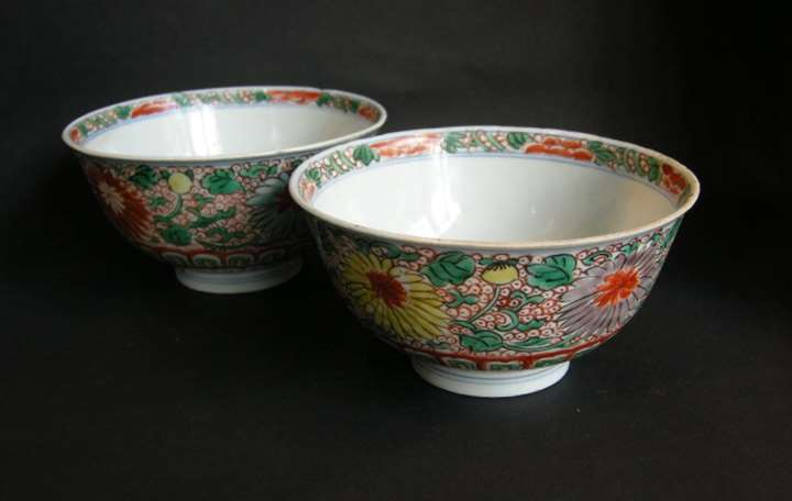 "Chinese ""wucai"" porcelain pair of bowls decorated with flowers"