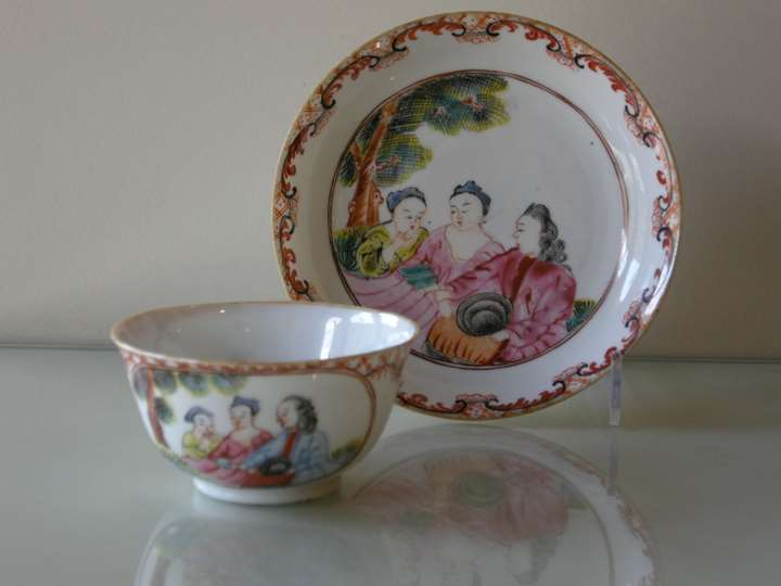 Cup and saucer decorated with 3 European Figures - Chine Export