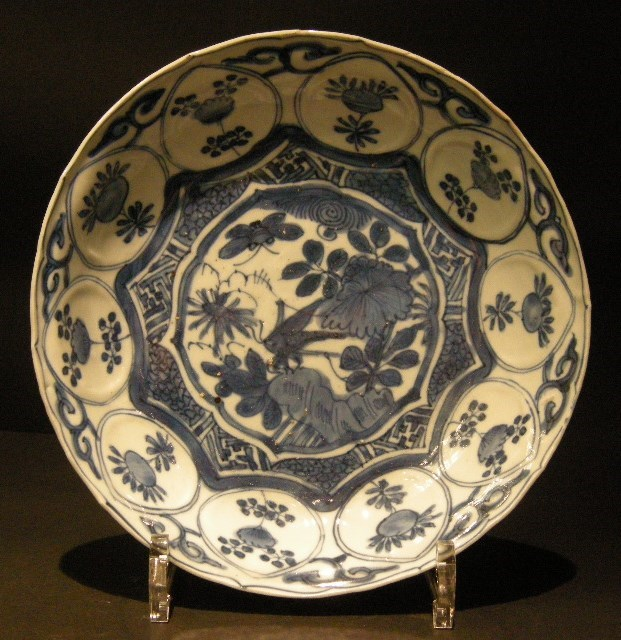 "Dish ""blue white"" kraack porcelain style decorated with a cricket Ming period"