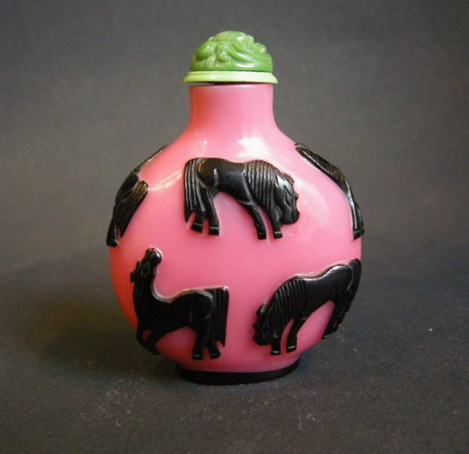 Glass Overlay snuff bottle pink and black sculpted with eight horses of legendary Mu Wang | MasterArt