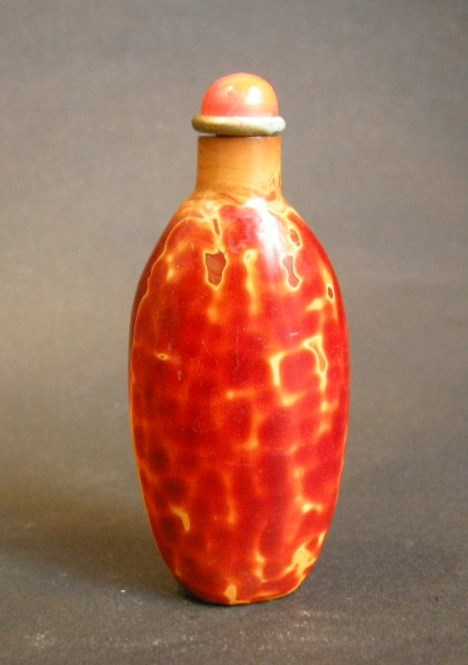Glass snuff bottle imiting the Realgar