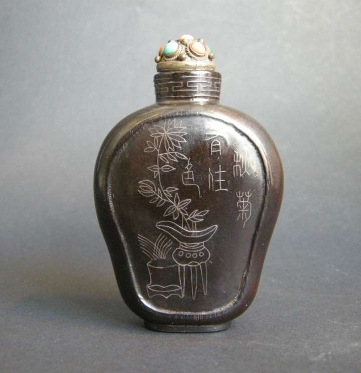 Lacquered wood snuff bottle