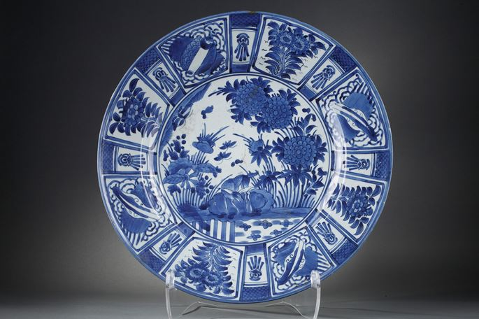 "Large dish ""blue and white"" porcelain decorated in ""Kraakporselein style with flowers and deer 
