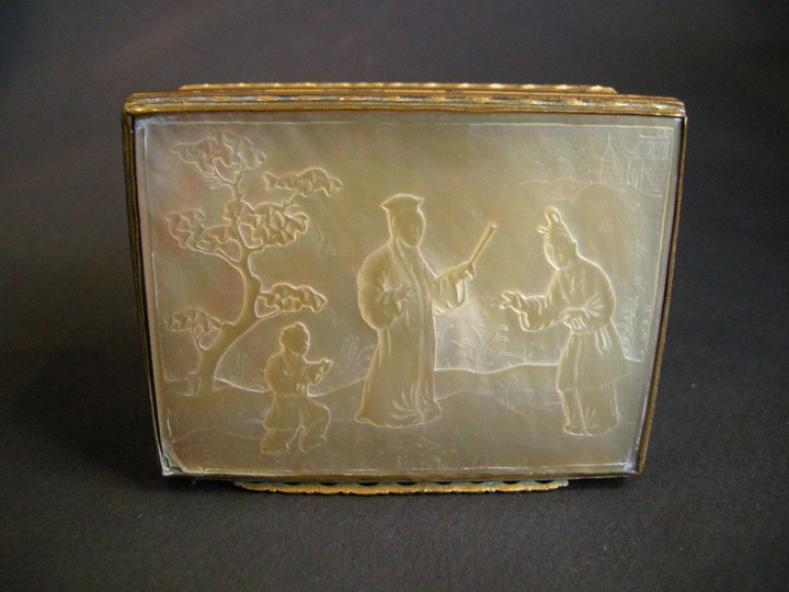 Mother of pearl snuff box with Pomponne mount