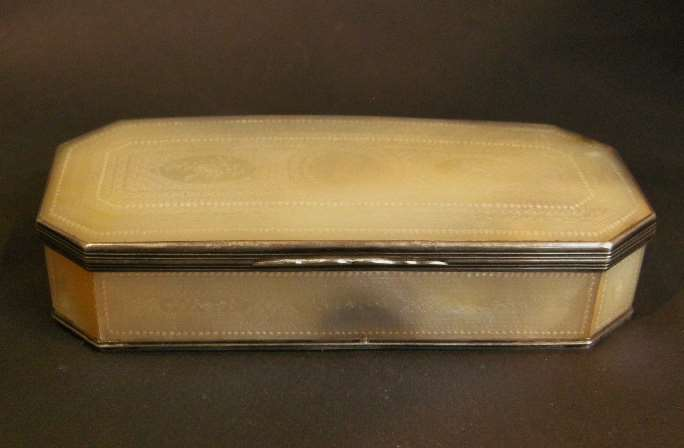 Box mother of pearl finely decorated - Mounted with silver for the export market - Canton