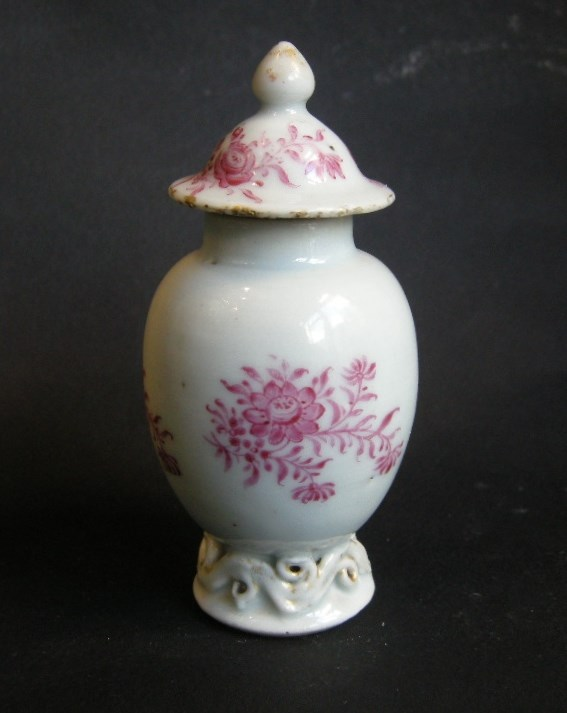 Small tea caddy porcelain famille rose