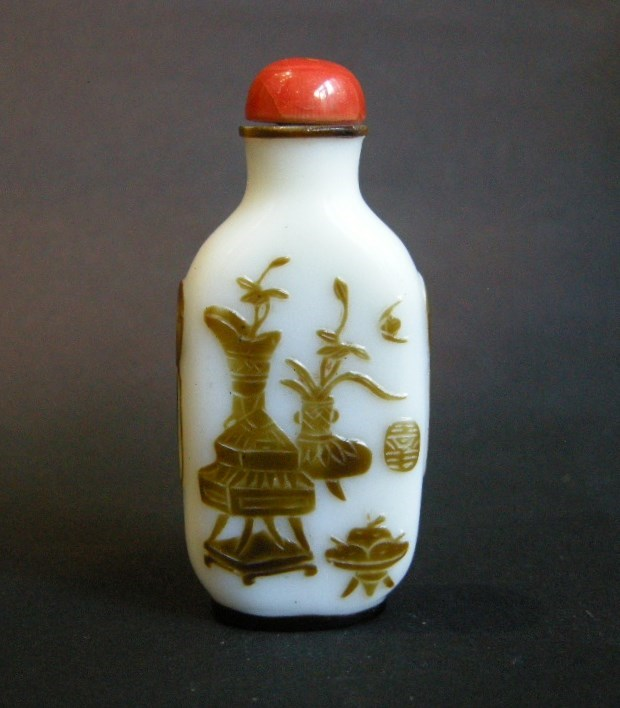 Snuff bottle overlay glass Brown on white ground sculpted with a mobilar decor Yangzhou school