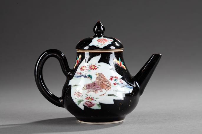 "Wine pot porcelain ""famille noire"" decorated with quails famille rose - Chine Epoque Yongzheng | MasterArt"