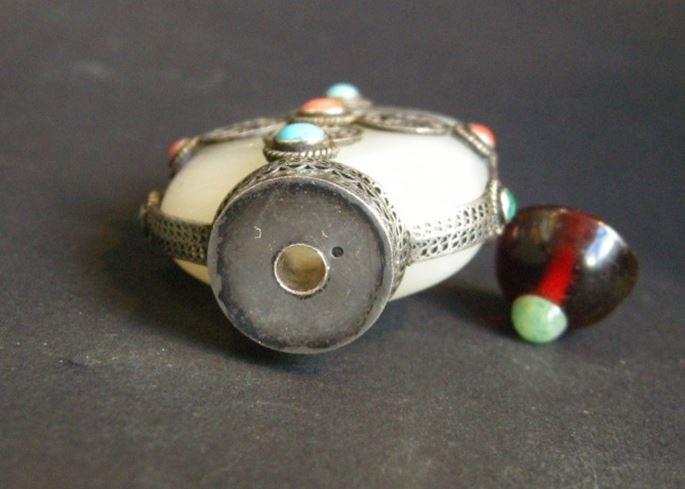 Jade white snuff bottle with silver filigree mount - Silver mount 20th century | MasterArt