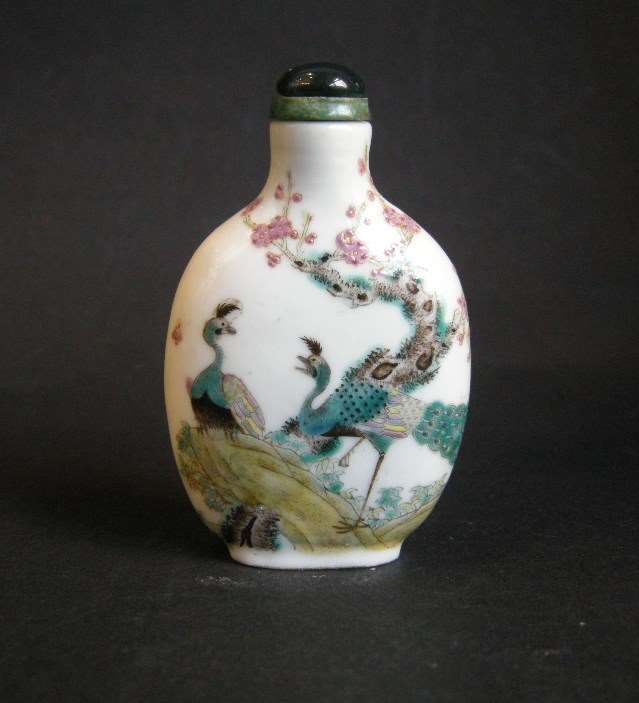 Snuff bottle porcelain decorated with two peacocks