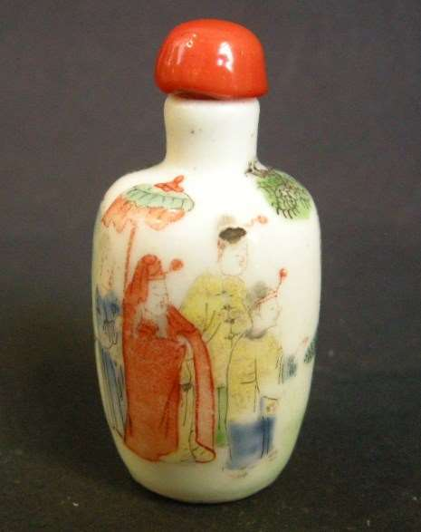 Snuff bottle porcelain decorated with a elephant and figures