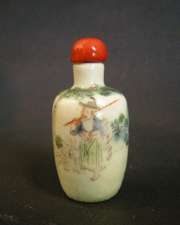 Snuff bottle porcelain decorated with a elephant and figures | MasterArt
