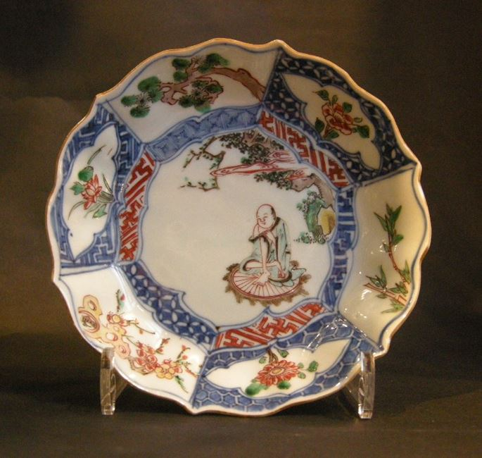 Small  dish porcelain Wucai decorated with a lohan  and on the marli the three winter friends (bamboo prunus pine) | MasterArt