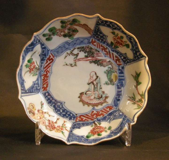 Small  dish porcelain Wucai decorated with a lohan  and on the marli the three winter friends (bamboo prunus pine)
