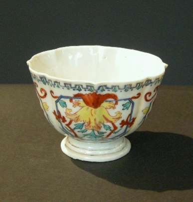 Rare cup porcelain famille rose  decorated with du Pasquier or Vezzy style