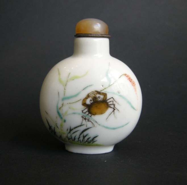 Snuff bottle porcelain decorated on each face with a crab