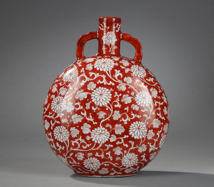 Rare Moon-Flask porcelain iron-red decorated with numerous flowers | MasterArt