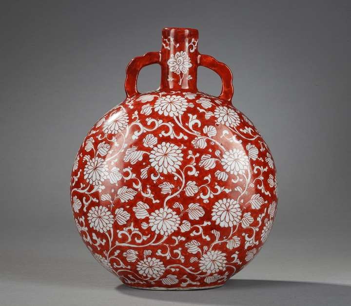 Rare Moon-Flask porcelain iron-red decorated with numerous flowers