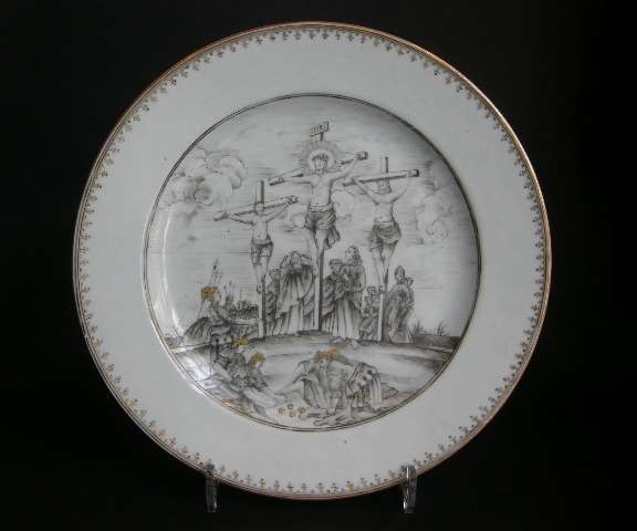 Dish porcelain grisaille and gold Chinese export with the crucifixion