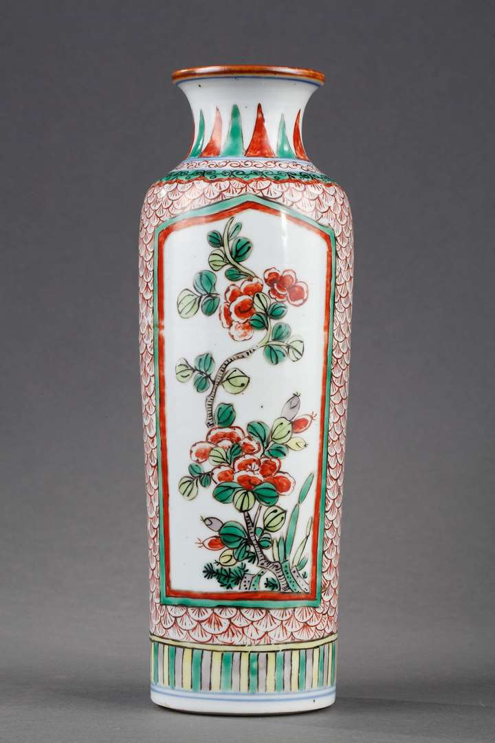 Chinese Famille verte porcelain roll-shaped  decorated with flowers