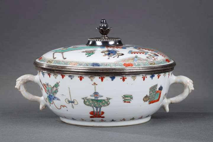 Chinese Famille verte porcelain covered bowl with handles