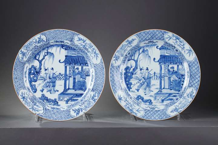 "Pair of large dish  porcelain blue and white decorated with scene of ""west roman"" and precious objects"