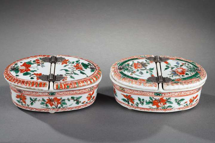 "Pair of spice box  ""famille verte"" porcelain decorated with flowers"