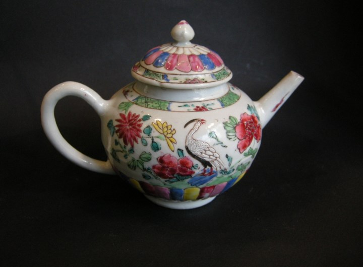 "Porcelain ""Famille rose"" teapot decorated with birds and flowers Yongzheng period"