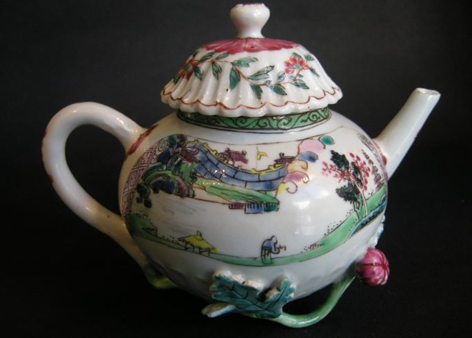 "Porcelain ""famille rose"" teapot decorated with landscapes - Yongzheng period 