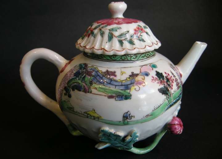 "Porcelain ""famille rose"" teapot decorated with landscapes - Yongzheng period"