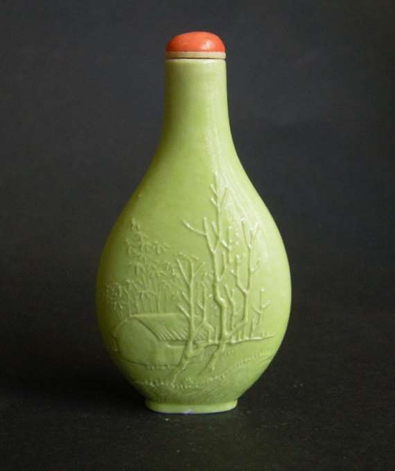 Porcelain snuff bottle in green monochrom sculpted in Wang Bingrong style