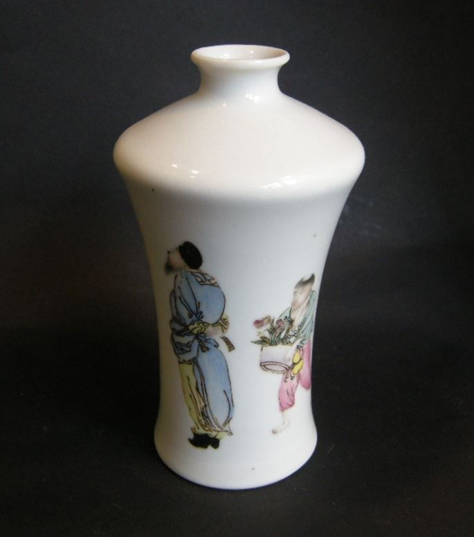 Porcelain vase decorated with two figures and caligraphy -Republic period | MasterArt